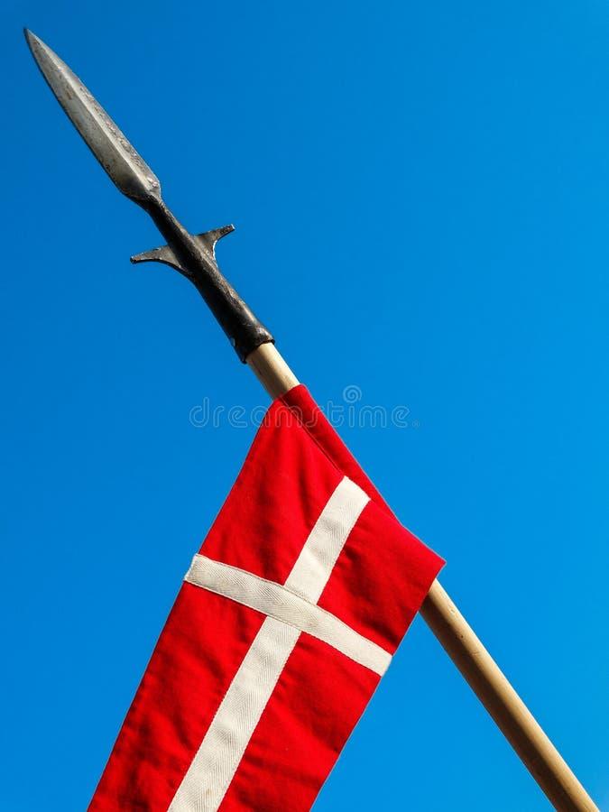 Flagga för kors för Templar riddare` s på ett spjut - kristen färgar arkivfoton