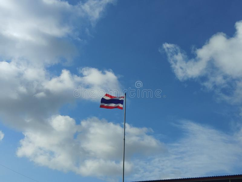 Flagga i himmel arkivbilder