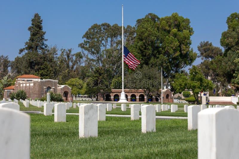 Flagga Los Angeles för nationell kyrkogård som fälls ned till den halva personalen royaltyfria foton