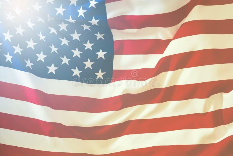 flagga USA Amerikanska flaggan som blåser vind Närbild härlig för studiokvinna för par dans skjutit barn royaltyfri foto
