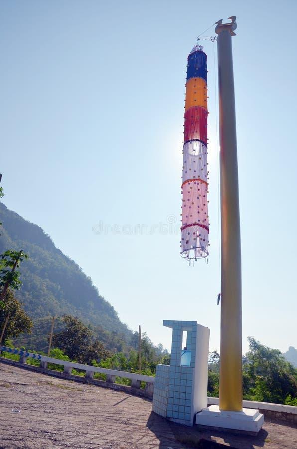 FlaggaBurmastil på Tai Ta Ya Monastery arkivfoto