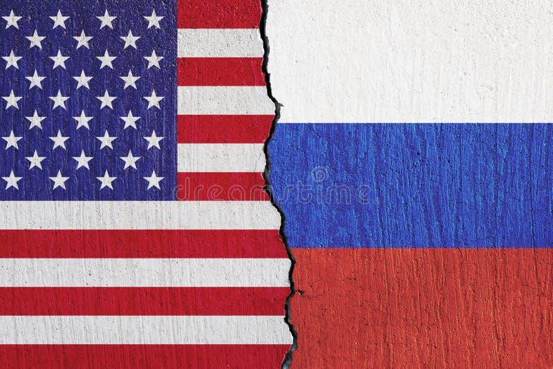 FlaggaFörenta staterna och ryss som målas på väggen royaltyfri illustrationer