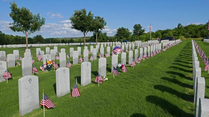 Flaggagarneringar i den nationella kyrkogården för Memorial Day ferie royaltyfri bild