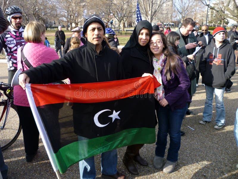 flaggaholdinglibyerer royaltyfria bilder