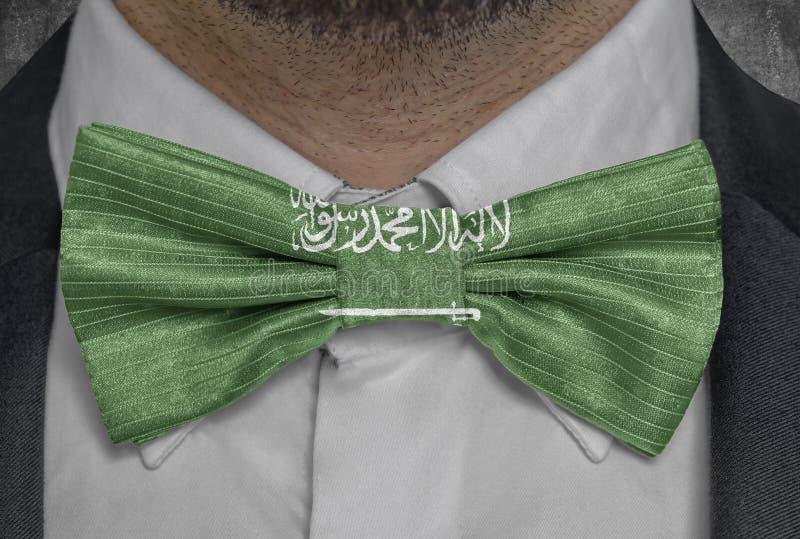 Flaggamedborgare av Saudiarabien p? dr?kt f?r bowtieaff?rsman royaltyfri illustrationer