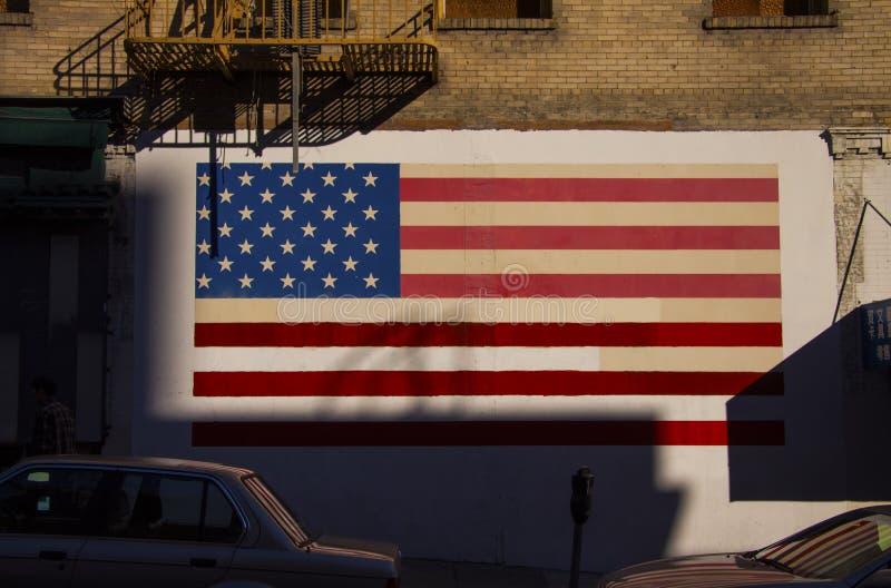 Flaggan av Amerikas förenta stater målade på en grungetegelstenvägg royaltyfria bilder