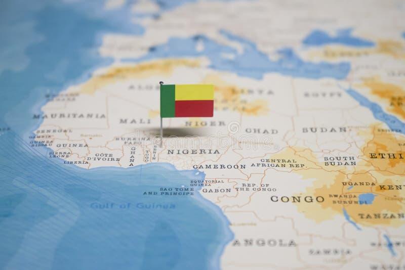 Flaggan av Benin i världskartan arkivbilder