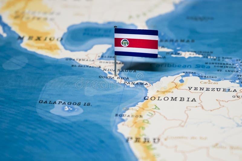 Flaggan av Costa Rica i v?rldskartan arkivbild