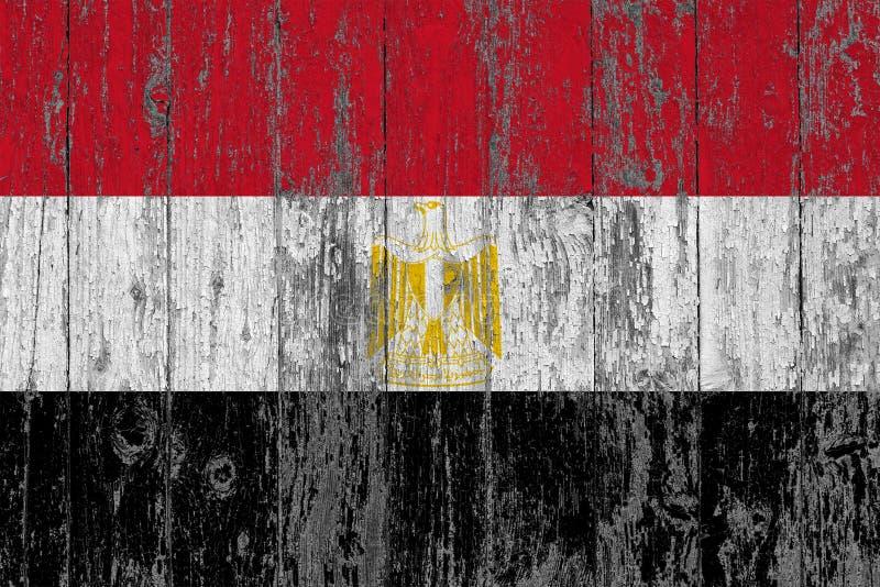 Flaggan av Egypten målade på sliten ut trätexturbakgrund arkivbilder