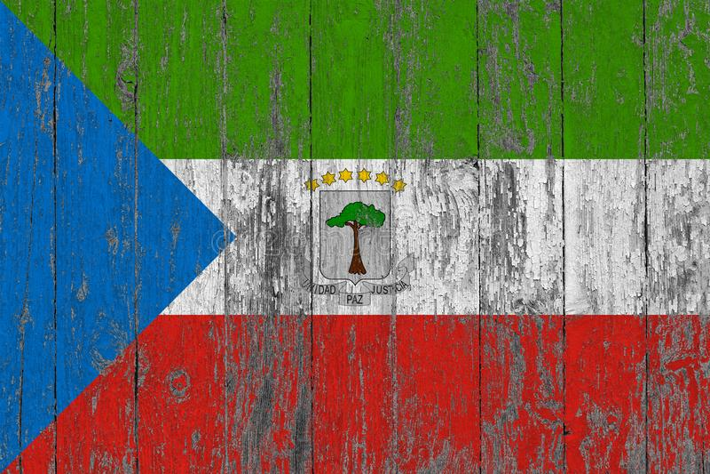 Flaggan av Ekvatorialguinea målade på sliten ut trätexturbakgrund royaltyfri bild