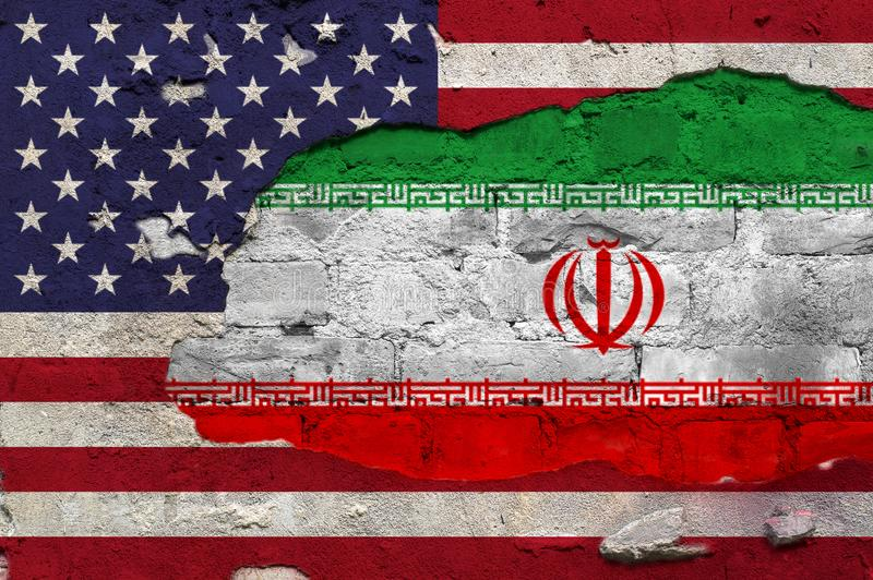 Flaggan av Förenta staterna och Iran målade på väggen royaltyfri bild