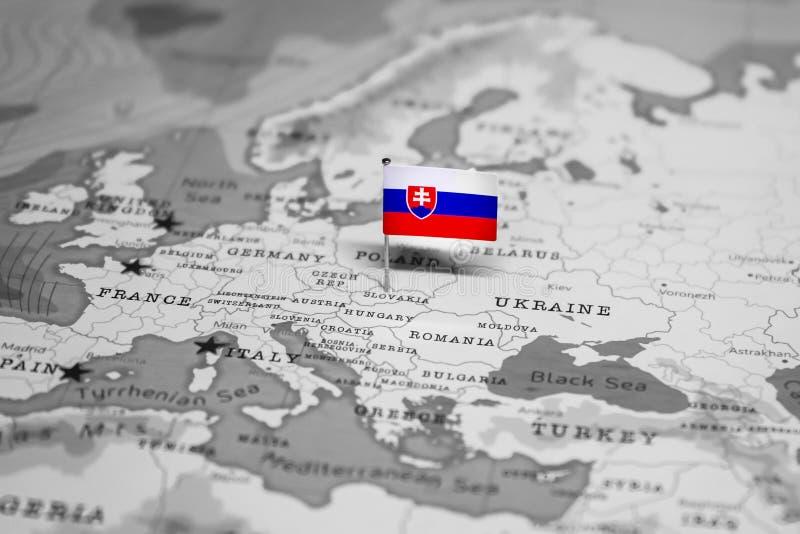 Flaggan av Slovakien i v?rldskartan royaltyfri fotografi