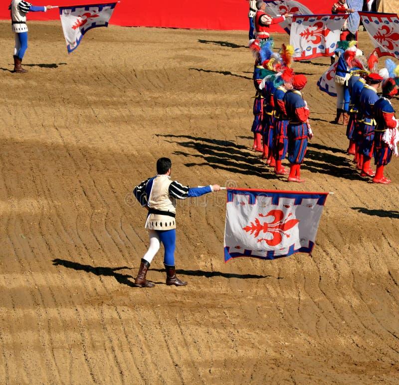 Flaggan fladdrar under en kapacitet av historisk fotboll i Florence royaltyfri foto