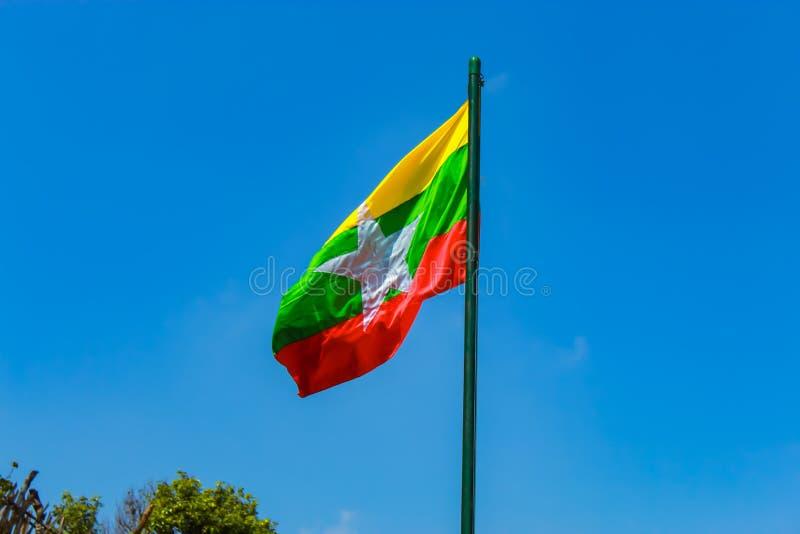 Flaggapolen med flaggan av Myanmar på flaggstångkullen royaltyfria bilder