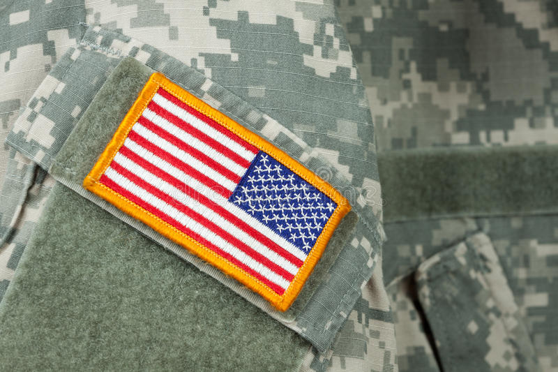 Flagge-Änderung am Objektprogramm auf Armee-Kampf-Uniform lizenzfreies stockbild