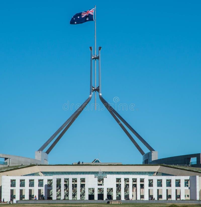 Flagge auf dem australischen Parlaments-Gebäude stockbild