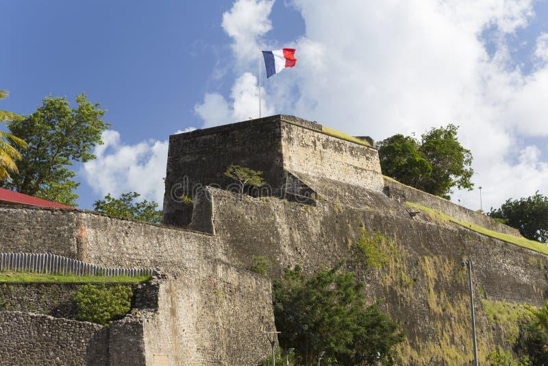 Flagge auf eine Oberseite des Fort-Saint Louis im Fort-de-France, Martinique lizenzfreie stockfotografie