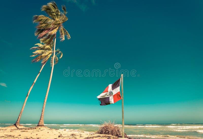 Flagge der Dominikanischen Republik am Strand lizenzfreie stockfotografie