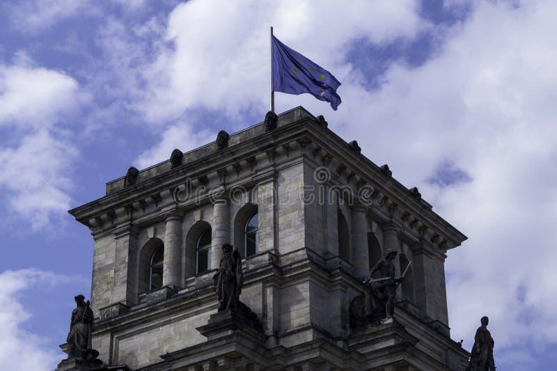Flagge der Europäischen Gemeinschaft, die in das deutsche Parlament Reichstag wellenartig bewegt lizenzfreie stockfotos