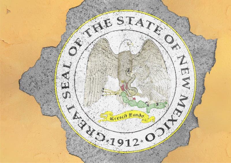 Flagge der US-Staats-New Mexiko-Dichtung in der großen gebrochenen materiellen Betonmauer lizenzfreie abbildung