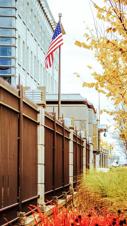 Flagge der Vereinigten Staaten von Amerika vor dem hintergrund der Botschaft in Ottawa stockbilder