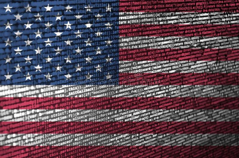Flagge der Vereinigten Staaten von Amerika wird auf dem Schirm mit dem Programmcode dargestellt Das Konzept der modernen Technolo lizenzfreie stockfotografie