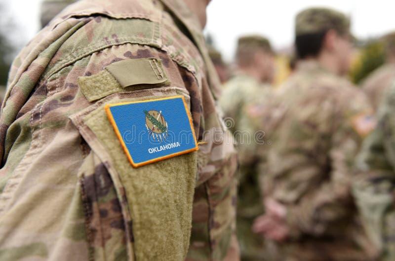 Flagge des Bundesstaates Oklahoma auf militärischer Uniform Vereinigte Staaten USA, Armee, Soldaten Collage stockfotos
