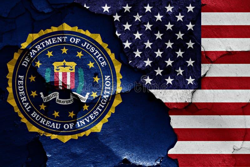 Flagge des FBI und der USA gemalt auf gebrochener Wand lizenzfreie stockbilder