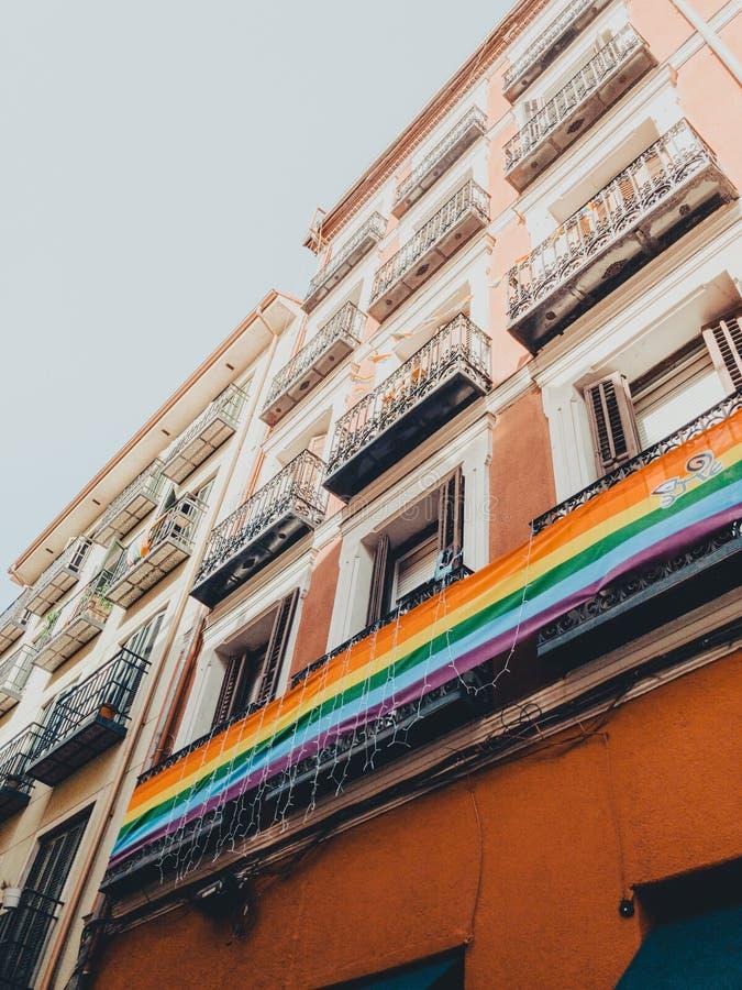 Flagge des Regenbogens LGBT gegen blauen Himmel in Madrid-Stadt am Sommer lizenzfreies stockfoto