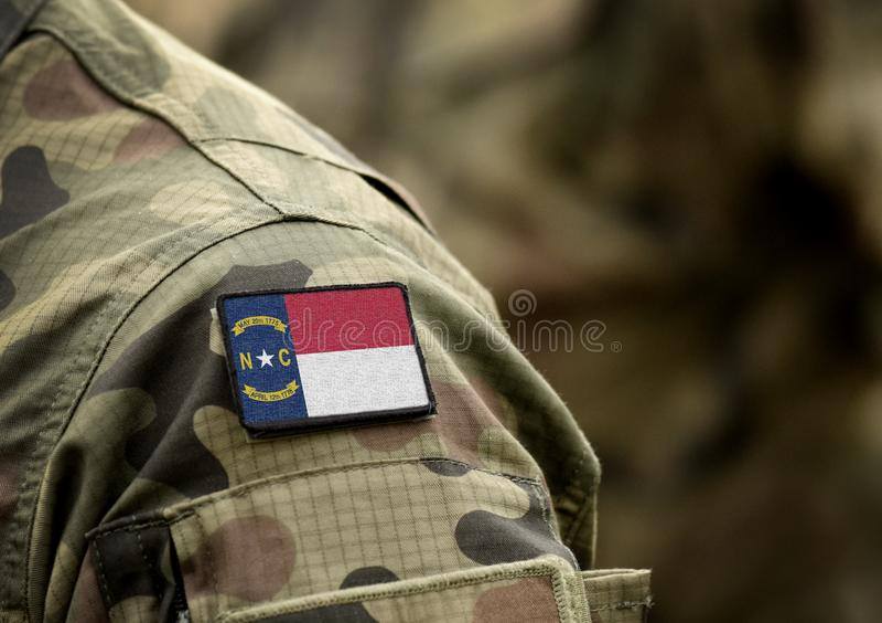 Flagge des Staates North Carolina über militärische Uniform Vereinigte Staaten USA, Armee, Soldaten Collage lizenzfreie stockbilder
