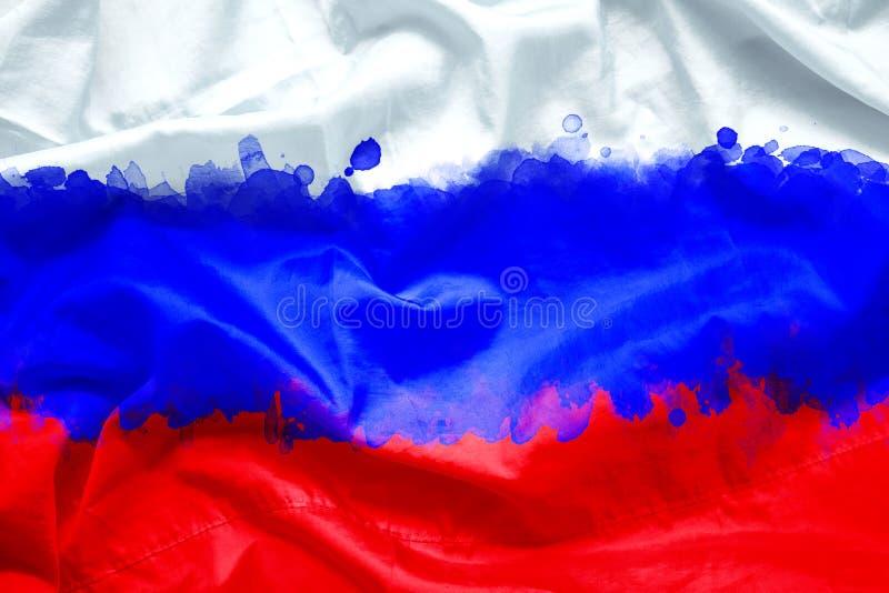 Flagge Russischer Föderation Russlands durch Aquarellpinsel auf Segeltuchgewebe, Schmutzart lizenzfreie stockfotos