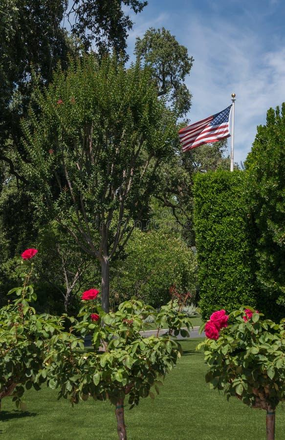 Flagge Vereinigter Staaten an einer Weinkellerei lizenzfreie stockfotos