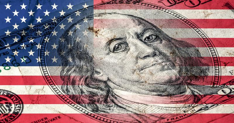 Flagge von Amerika mit alter Schmutzbeschaffenheit und Porträt von Benjamin Franklin auf hundert Dollar lizenzfreie abbildung