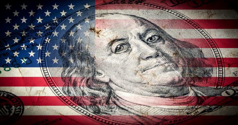 Flagge von Amerika mit alter Schmutzbeschaffenheit und Porträt von Benjamin Franklin auf hundert Dollar vektor abbildung