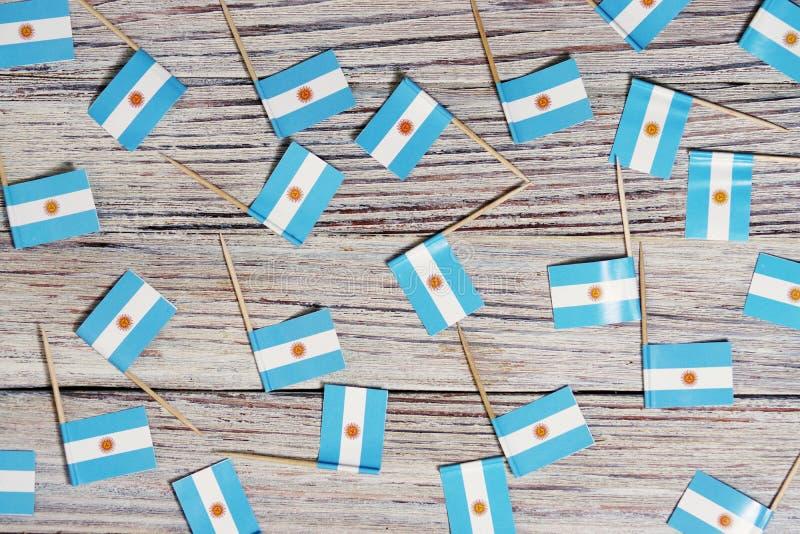 Flagge von Argentinien hängend an der Wäscheleine befestigt mit hölzernen Wäscheklammern auf blauem hölzernem Hintergrund des Aqu lizenzfreies stockfoto