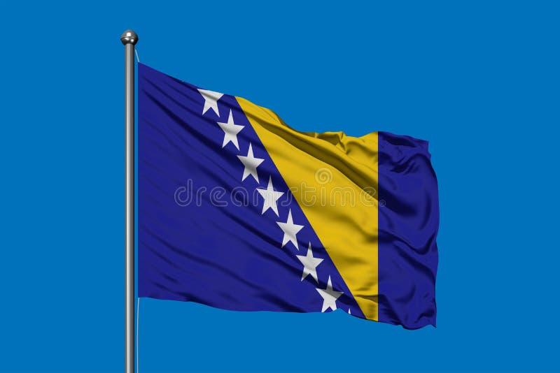 Flagge von Bosnien Herzegovina wellenartig bewegend in den Wind gegen tiefen blauen Himmel Bosnische Markierungsfahne lizenzfreie stockfotos