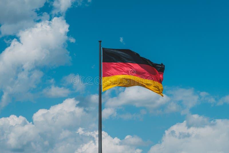 Flagge von Deutschland, deutsche Flagge auf Fahnenmast lizenzfreie stockbilder