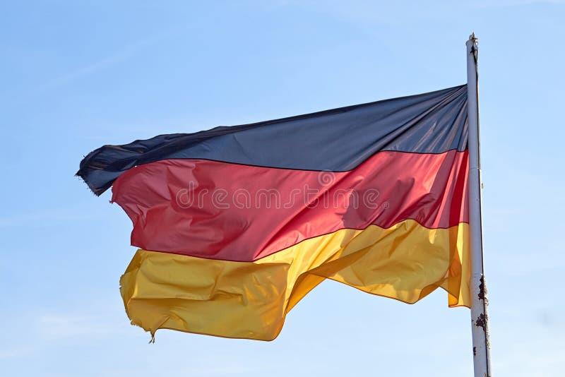Flagge von Deutschland flatternd im Wind Deutscher Flaggenabschluß oben PH lizenzfreies stockbild