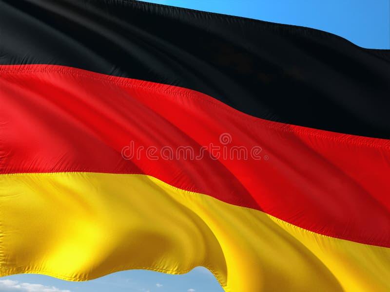 Flagge von Deutschland wellenartig bewegend in den Wind gegen tiefen blauen Himmel Gewebe der hohen Qualit?t lizenzfreies stockfoto