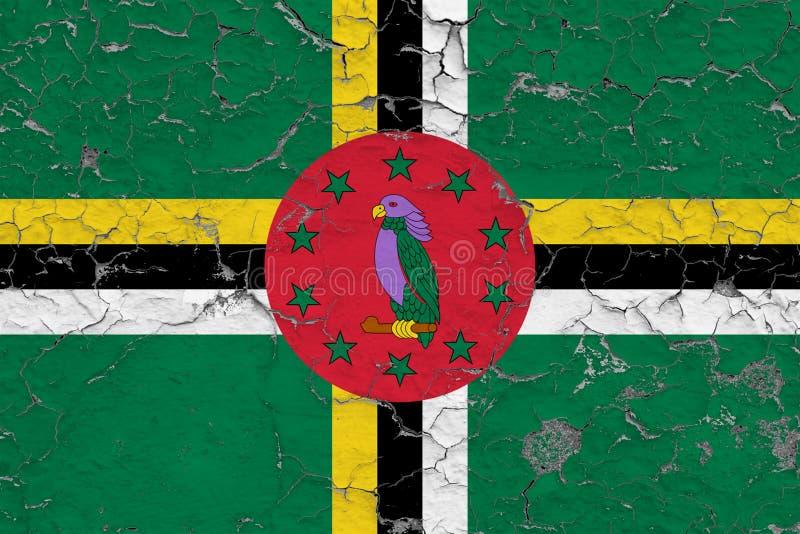 Flagge von Dominica malte auf gebrochener schmutziger Wand Nationales Muster auf Weinleseartoberfl?che lizenzfreie stockfotografie