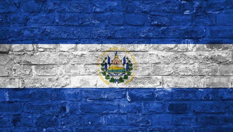Flagge von El Salvador über einem alten Backsteinmauerhintergrund, Oberfläche stockbilder