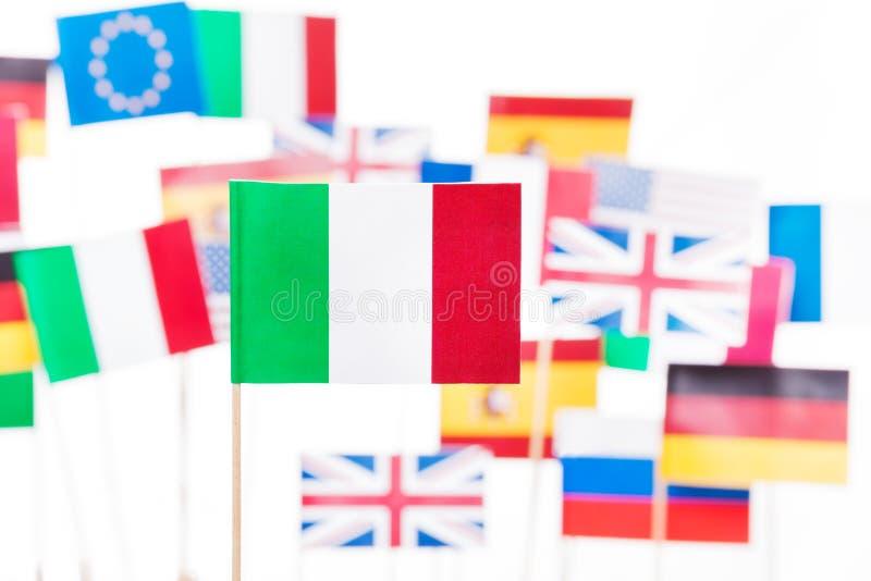 Flagge von Italien gegen EU-Mitgliedsstaatflaggen stockfotos