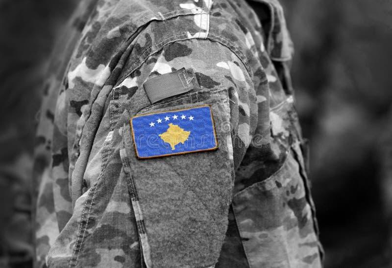 Flagge von Kosovo auf Soldaten bewaffnen Collage stockfotografie