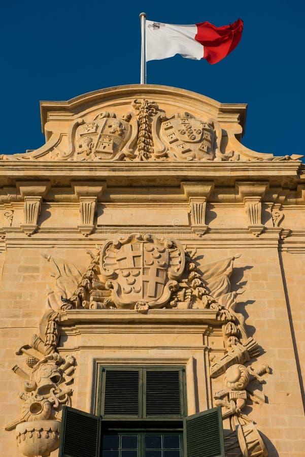 Flagge von Malta auf Auberge de Castille lizenzfreie stockfotos