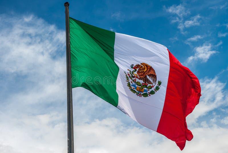 Flagge von Mexiko über blauem bewölktem Himmel lizenzfreie stockfotos