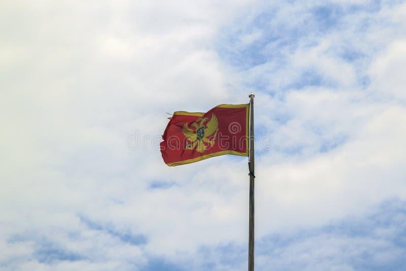Flagge von Montenegro gegen blauen Himmel stockfotos