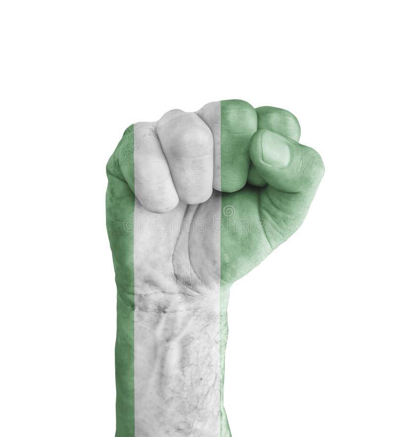 Flagge von Nigeria malte auf menschlicher Faust wie Siegsymbol lizenzfreies stockfoto