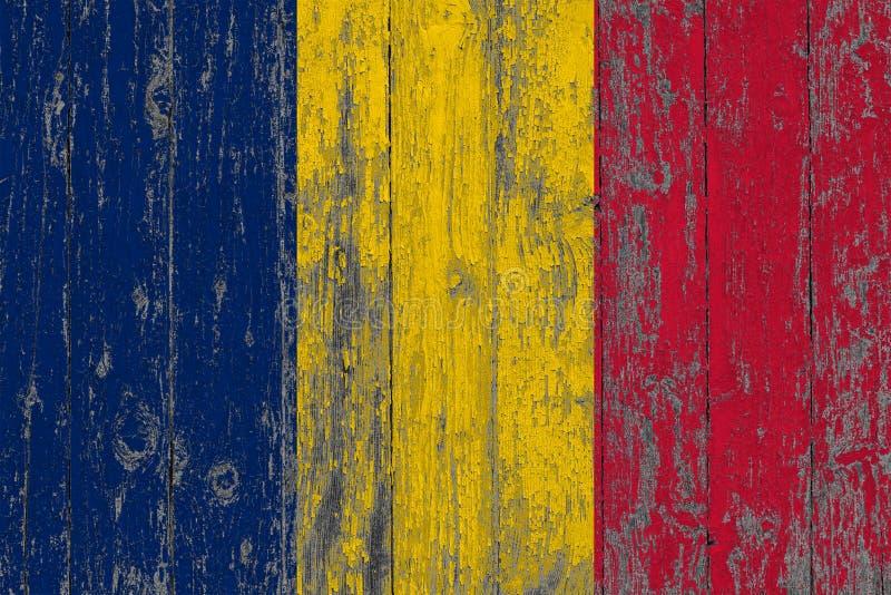 Flagge von Tschad malte auf abgenutztem heraus hölzernem Beschaffenheitshintergrund stockfotografie