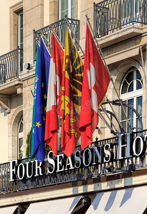 Flaggen über dem Eingang zum vier Jahreszeit-Hotel Les Bergues stockbild