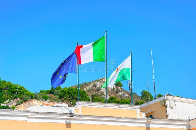 Flaggen auf Gebäude auf Capri-Insel lizenzfreies stockbild